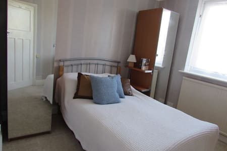 Private double room close to London - Caterham - Hus