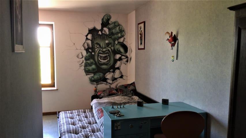 """Chambre enfant de 13 m2 avec deux matelas juxtaposé """"fresque personnelle"""". Il est possible de déplacer le matelas inférieur afin de le positionner avant l'armoire que l'on devine à droite le matelas doit faire 1.80 x 0.75 cm."""