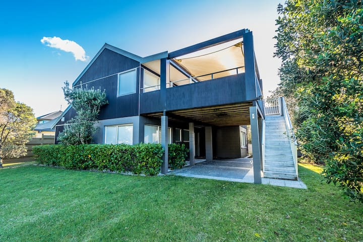 Modern Pauanui holiday house one block from beach