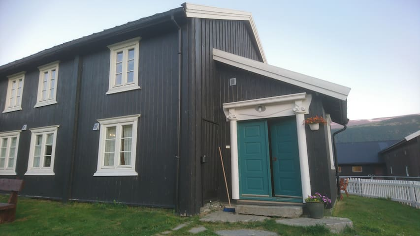 Romslig og lys leilighet på gård