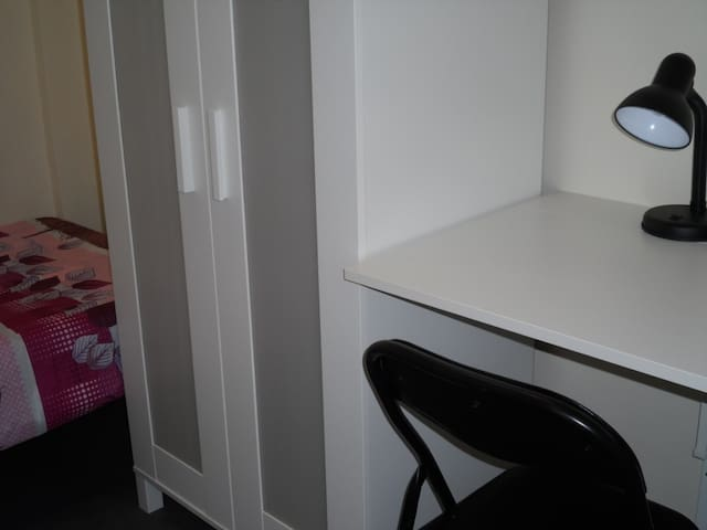 Quarry Bay room for 1 - near MTR with lift ( 1f)
