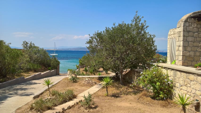Limestone house by the sea, Aegina - Vathi - Hus
