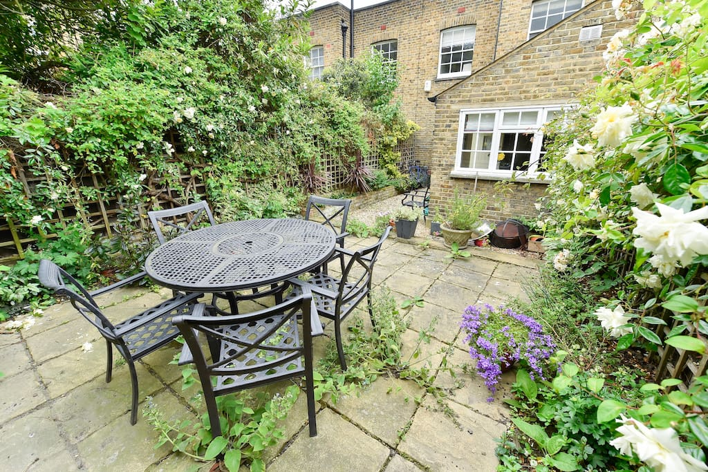 The beautiful large garden with table, chairs and flowers for you to enjoy!