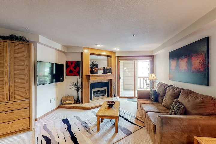 Charming ski-in/ski-out slopeside condo w/mtn view, shared hot tubs, and pool