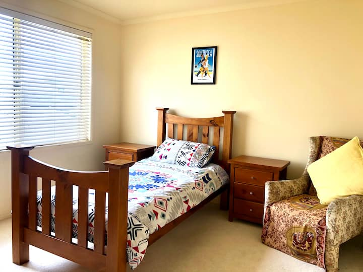 Lovely room in house with pool 10 mins from CBD