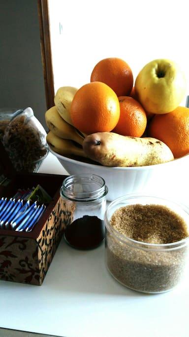 colazione a base di frutta..biscotti caffè e tè