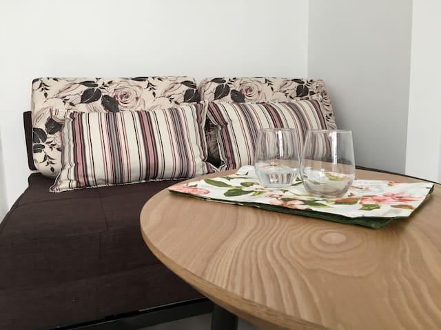 諸羅城閑-雙人大床+雙人沙發床 (A queen size double-bed room)