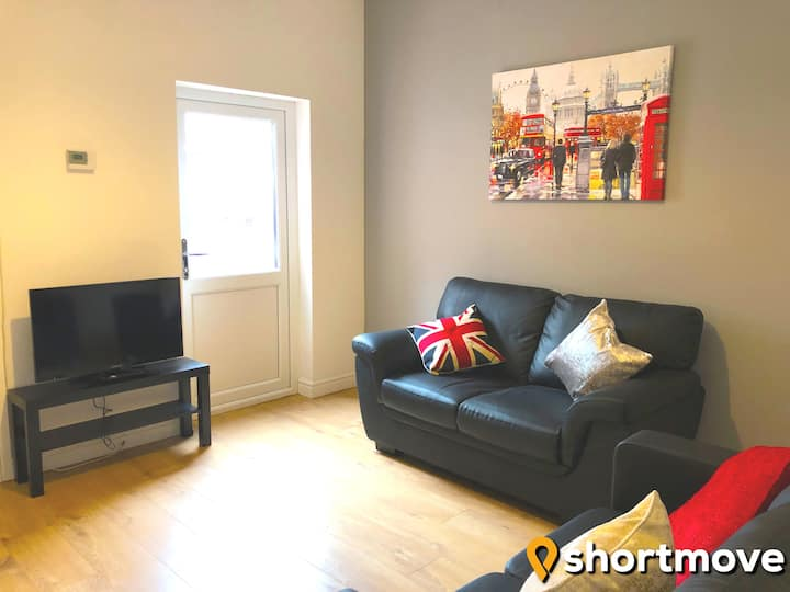 SHORTMOVE | Sleeps 6 | All En suite| Kitchen| Wifi