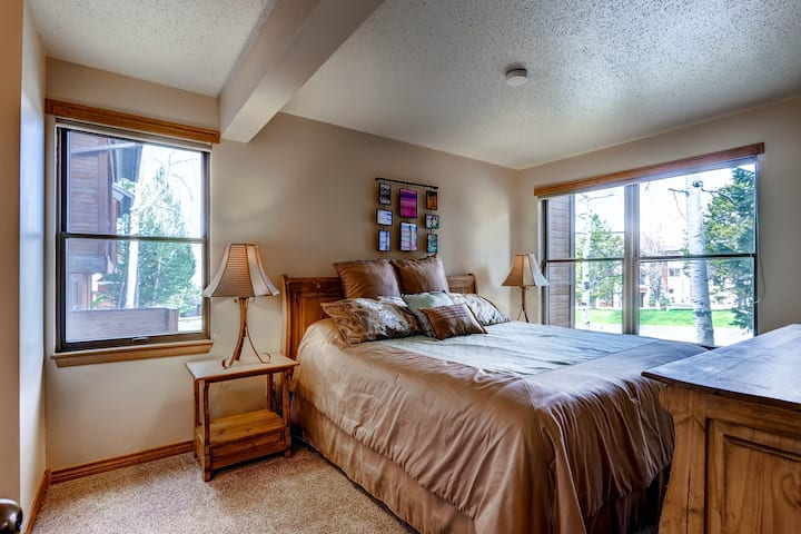 Open & warm condo w/ shared clubhouse, pool, hot tubs, sauna, & winter shuttle
