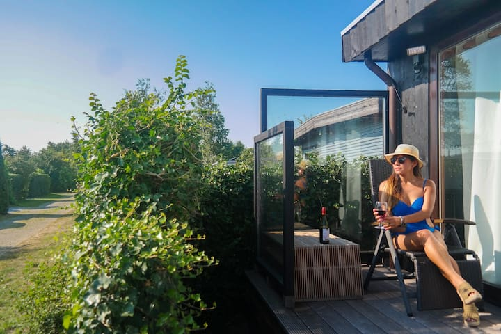 Met sauna. Vlakbij het Lauwersmeer en de Noordzee