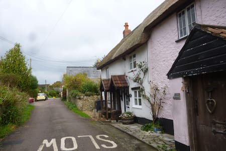 Little Thatch is a cosy retreat & dog-friendly