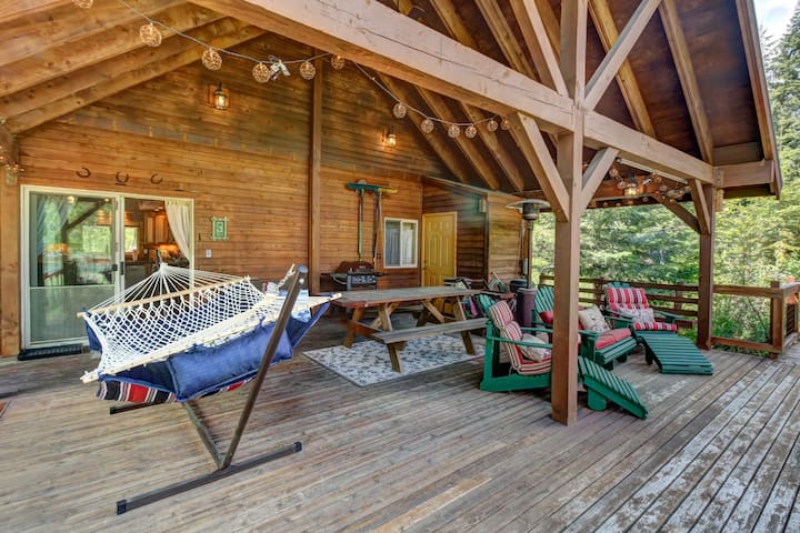 Vintage dog-friendly riverfront cabin w/covered deck-lake nearby!