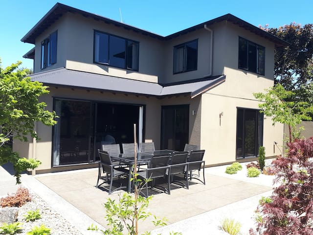 ★ TOWNHOUSE RETREAT | PEACEFUL | CENTRAL ★ WIFI ★