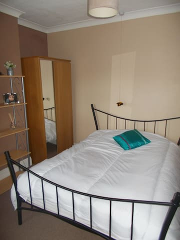 BRIGHT CLEAN DOUBLE ROOM IN CULTERAL LINCOLN