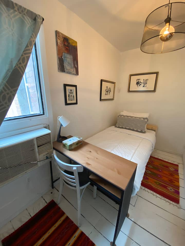 Small Private Room. Downtown Toronto. Clean! WIFI