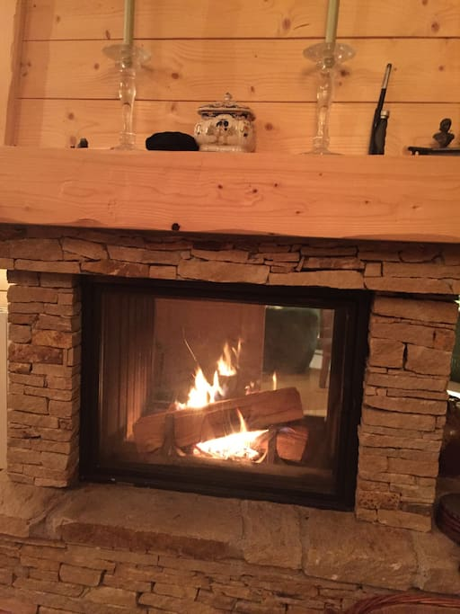 Un belle buche qui crépite, un joli feu   pour vous accueillir bien au chaud.