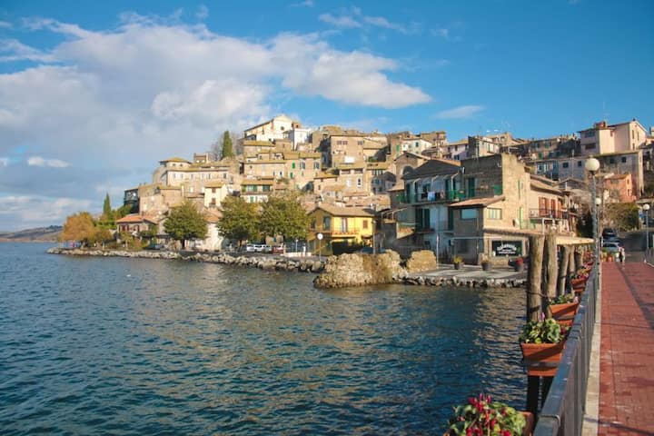 Close to Rome walk to lake and charming Anguillara