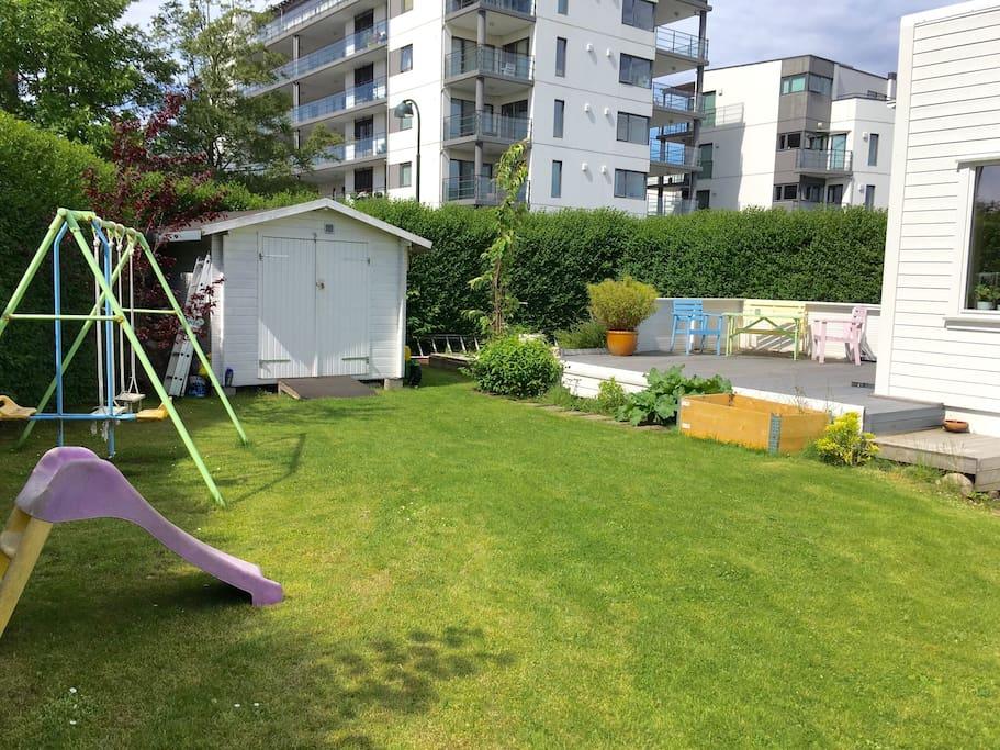 Hagen er inngjerdet, så her er trygt for barn å være ute å leke.