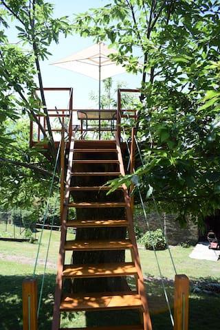 Scala che conduce alla panoramica Terrazza sul castagno, utilizzabile in base alle disponibilità, per colazioni con vista lago
