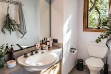 Ensuite bathroom (products available as part of Pamper Package for 2-4 ppl)