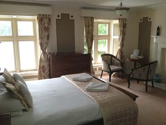 King-Ensuite-Room 7 Breakfast Included