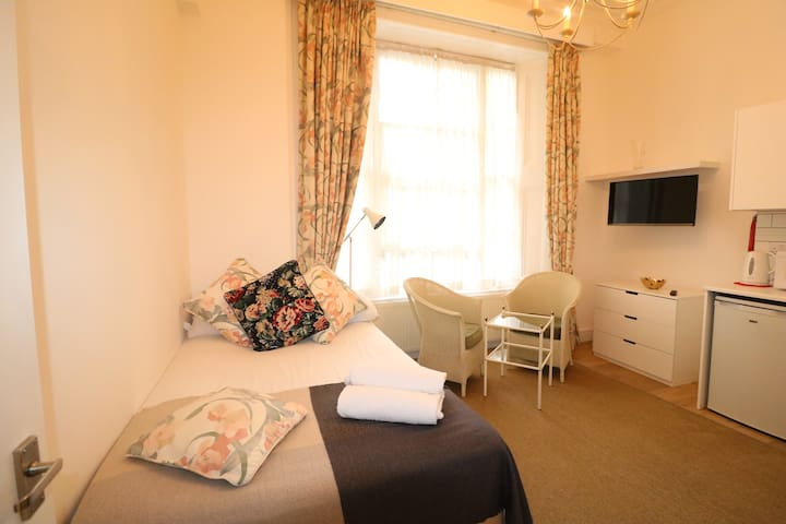 ★ Fabulous Split Level Studio Hyde Park H3 ★
