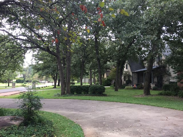 Shady Retreat, near DFW, sleeps 8; 4 BR with pool!