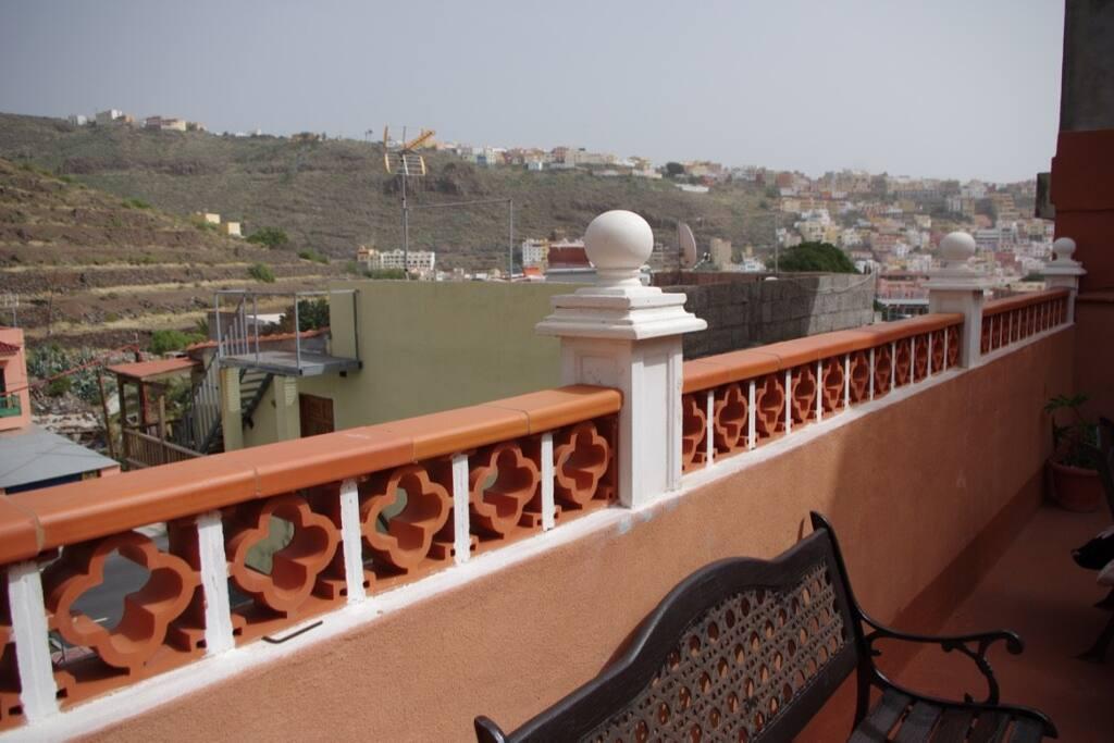 Desde nuestra amplia  terraza podemos disfrutar de esta panoramica del pueblo de San Sebastian. Desde aqui podemos ver la parada de bus localizada a unos 5 m. de la casa.