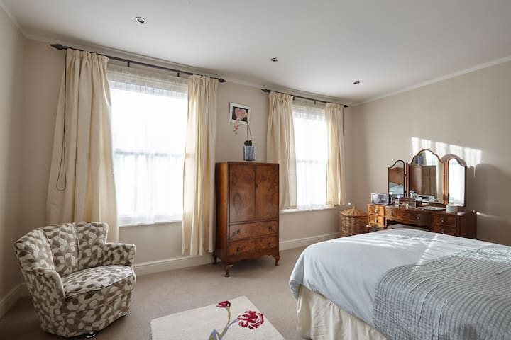 Camberwell Double Bedroom in Picturesque street