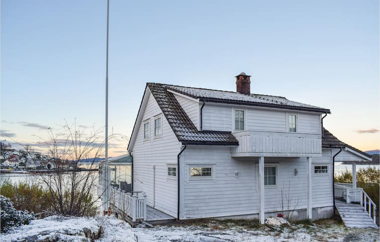 Holiday cottage with 5 bedrooms on 120m² in Tysnes