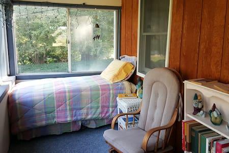 Porch Room Overlooking Lake Wawasee - Syracuse