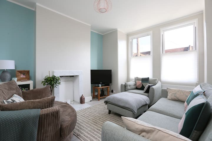 Contemporary & Cosy Apartment in South West London