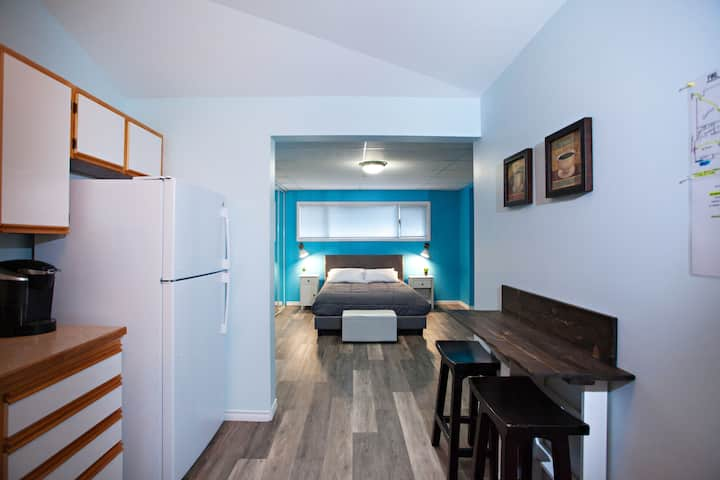 The Blue Retreat-clean, quiet, and cozy
