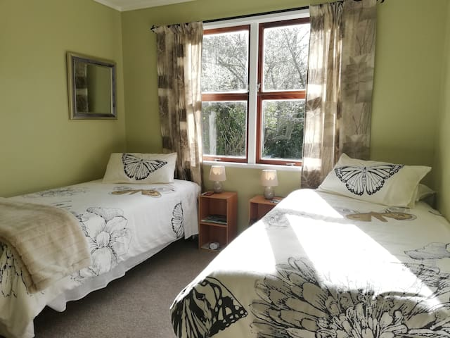 Sunny & Spacious/Two King Single Beds