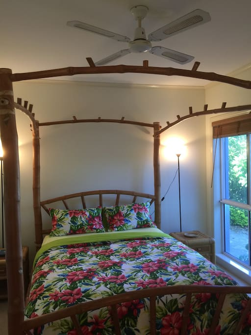 Stunning quiet room on beautiful Arundel Hills Country Club (Golf Course) estate.