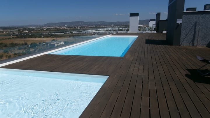 Sunny apartment with rooftop swimming pool