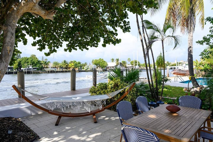 Waterfront condo with pool, 1 block to the beach!