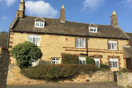 Lovely stone farmhouse - attic room with king bed - Burton Latimer - Bed & Breakfast