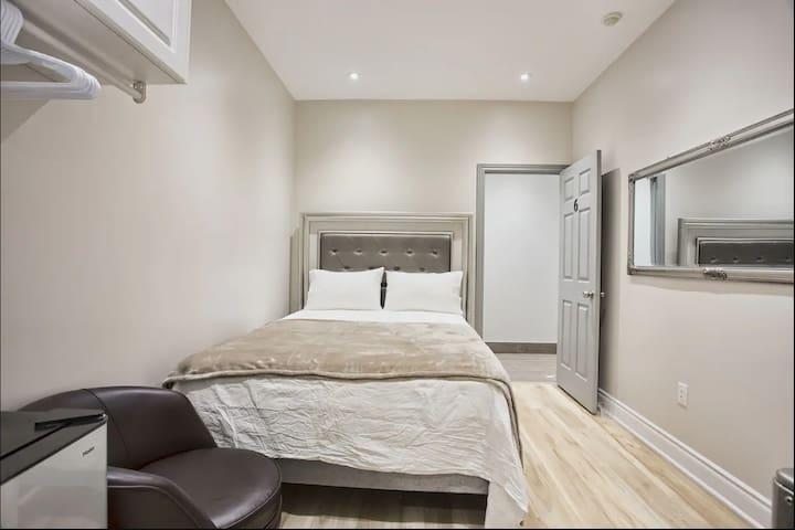 Toronto Rooms - 1 Queen 1 Bathroom