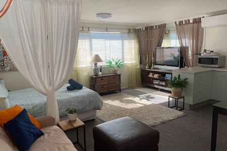 Spacious Studio, Private Entrance, Self Contained