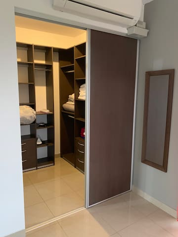 Closet Main Room / Guarda Ropa Cuarto  Principal