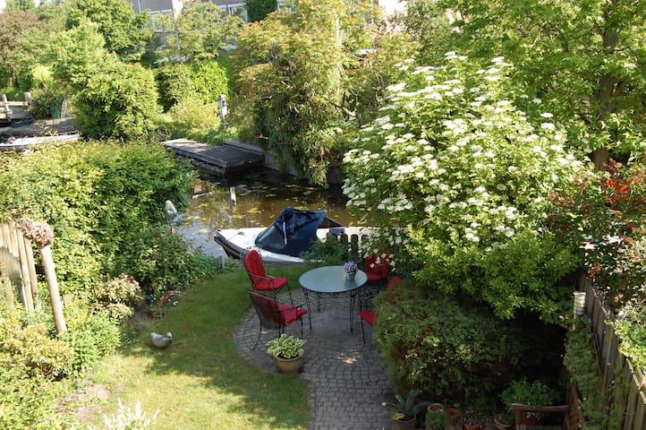 Huis met tuin aan water