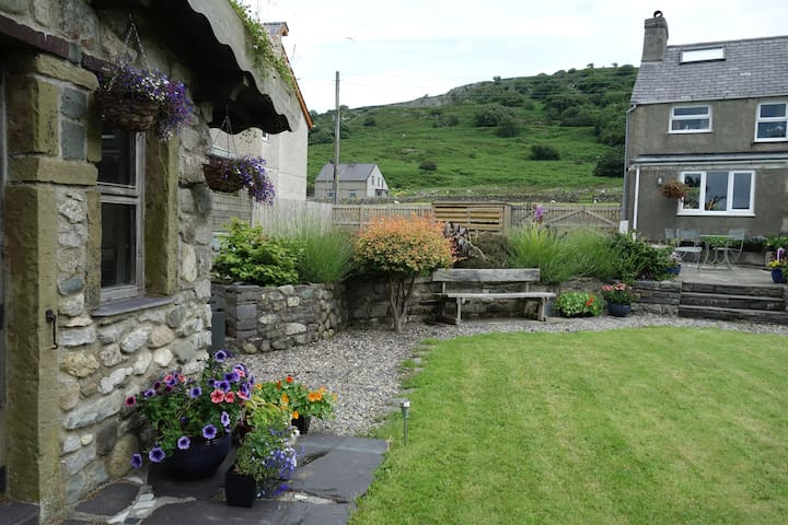 Snowdonia cottage, on the edge of the Carneddau - Bethesda - House