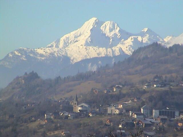 Vue sur la vallée depuis le balcon du séjour