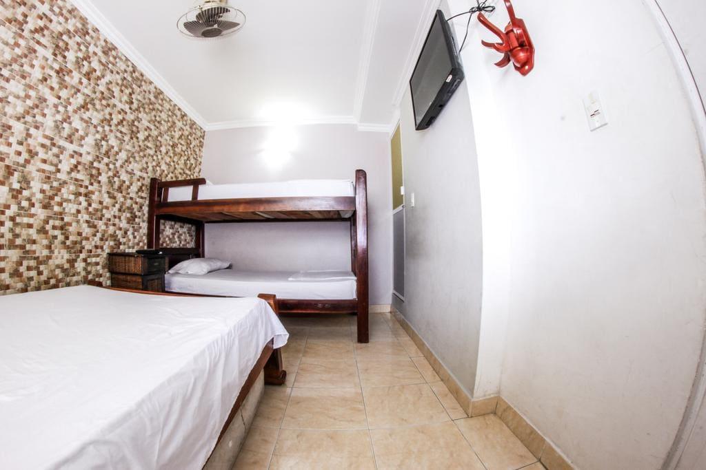 1 Cama doble con 1 cama auxiliar y 1 camarote