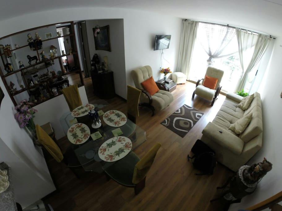 Sala y comedor con balcón