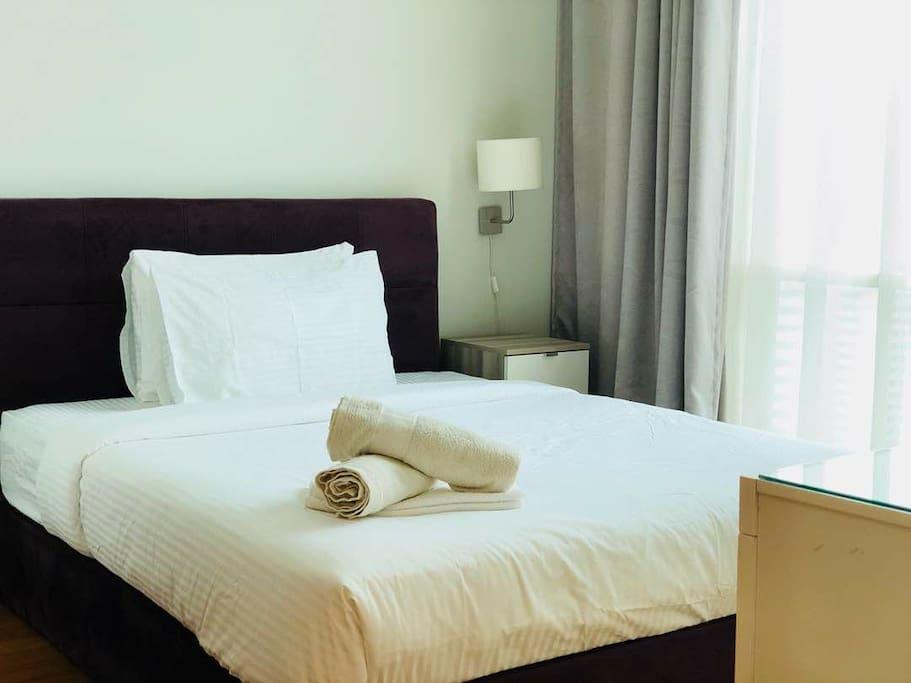 queen size bedroom =)