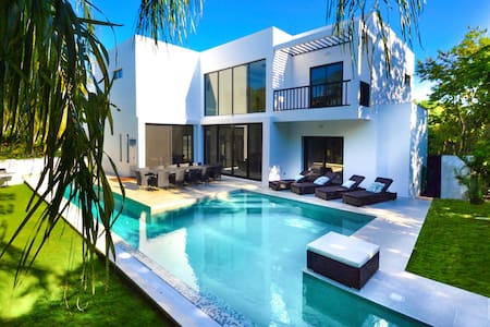 BRAND NEW VILLA 3 MIN WALK TO THE BEACH PRIV  POOL