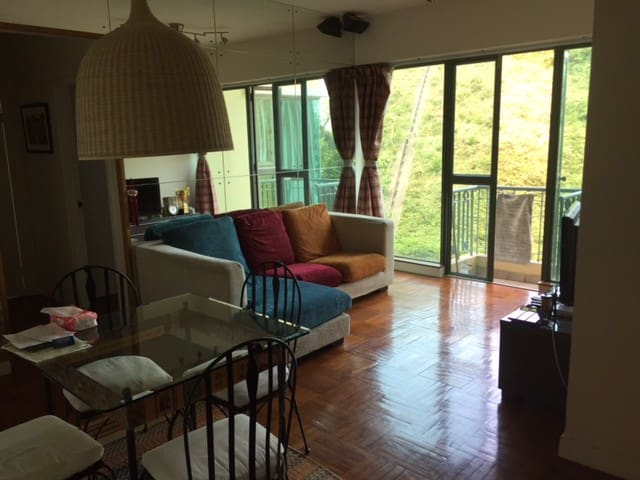 Great Location, walk to shops/ferry