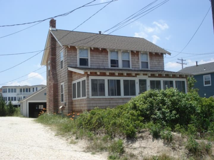 Awesome Location-Steps to the Beach -4BR- Sleeps 7